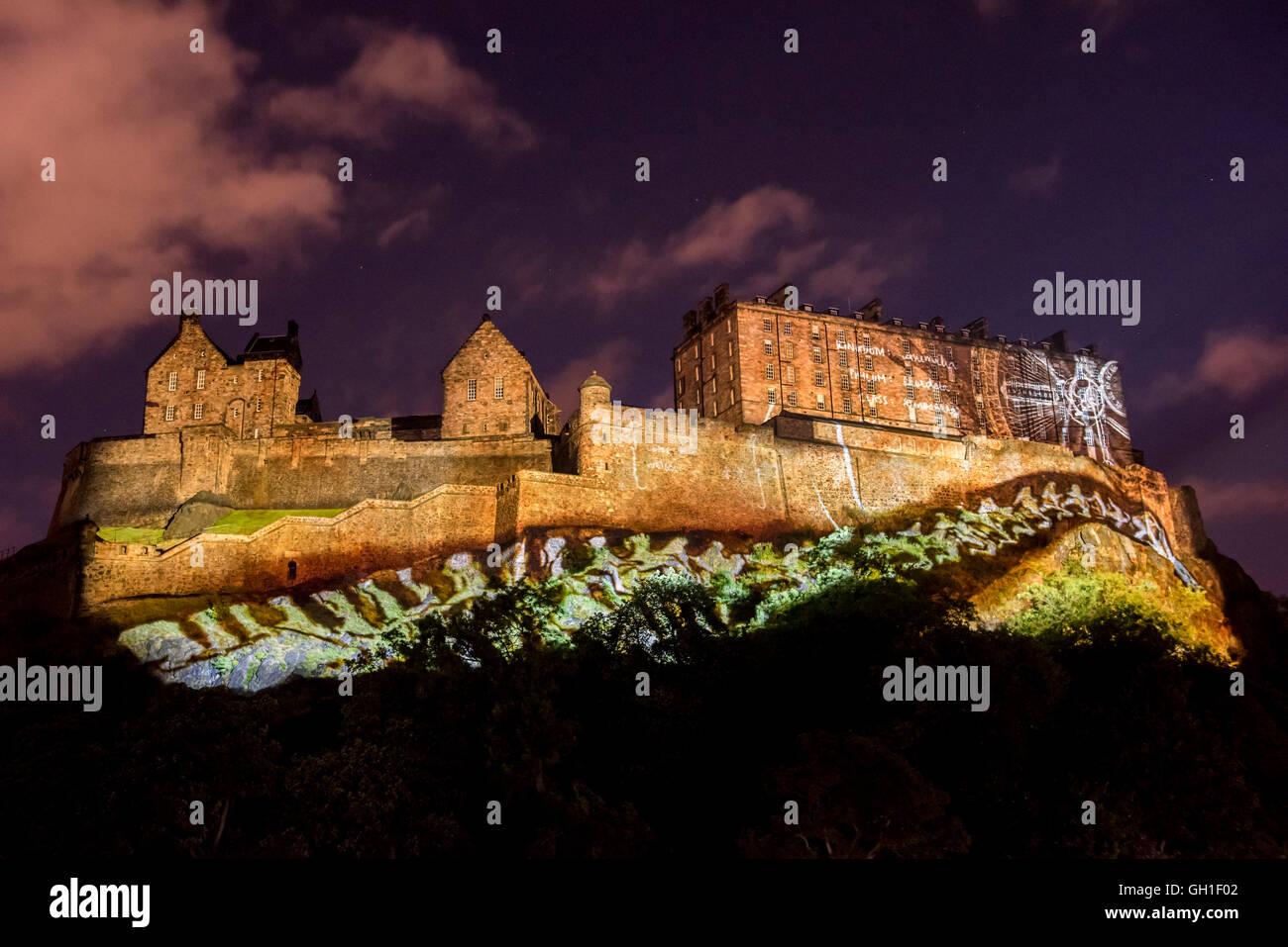 Edimburgo, Scozia, Regno Unito. Il 7 agosto, 2016. Luce e proiezioni laser proiettato sul Castello di Edimburgo Foto Stock
