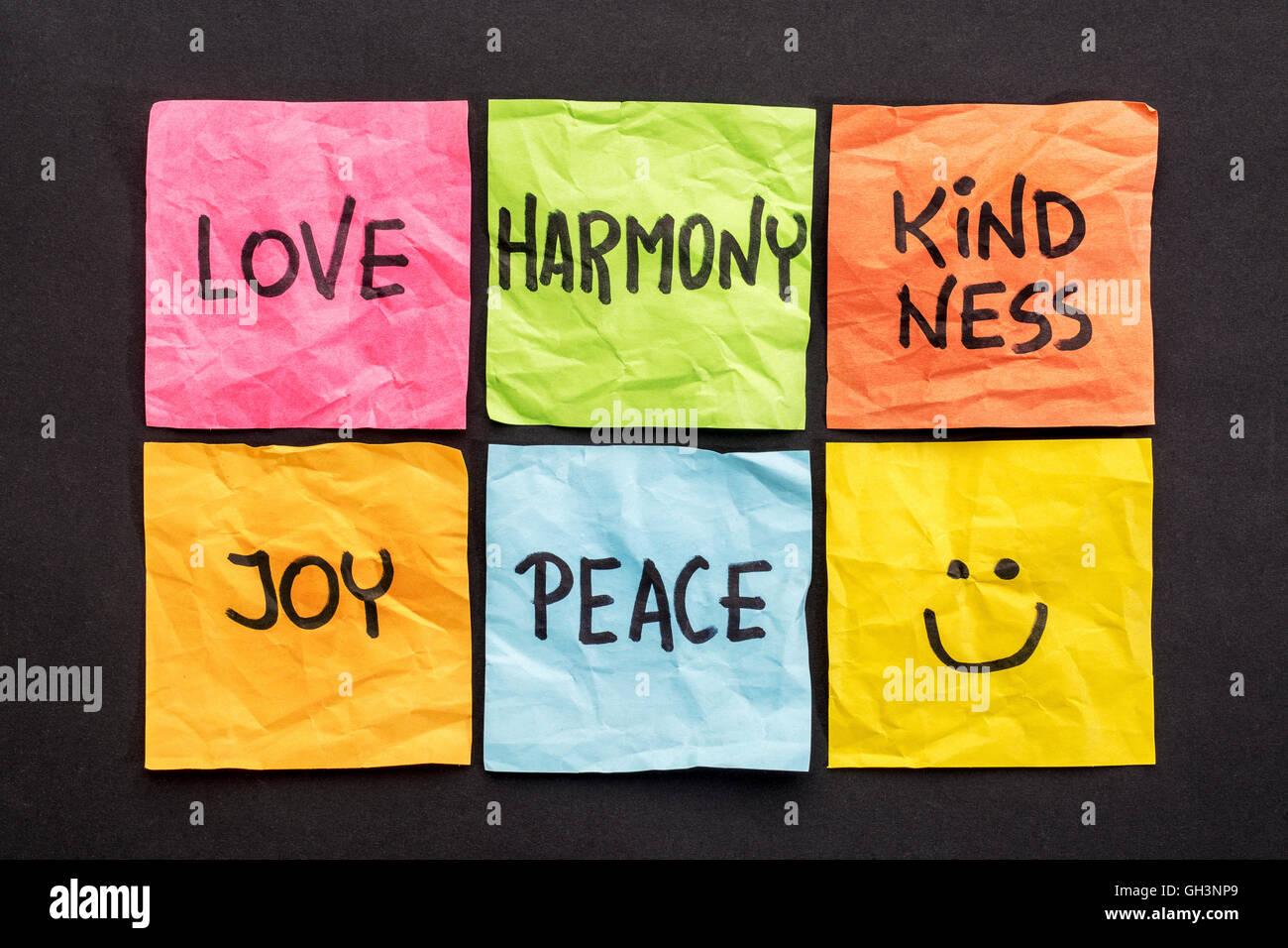 L amore, l armonia di bontà, di gioia e di pace - insieme di note con parole ispiratrici e smiley Immagini Stock