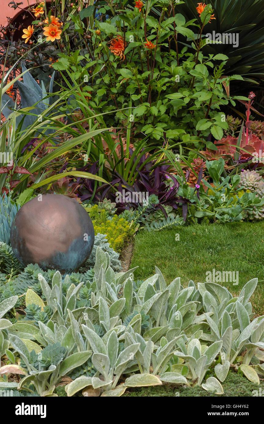 Stachys, sfera di rame accento in giardino Immagini Stock