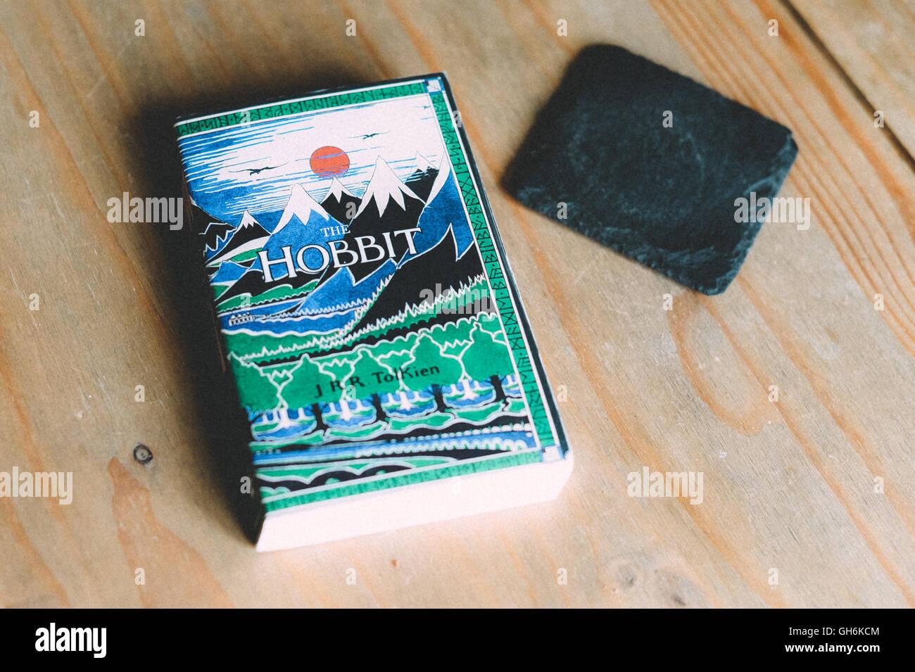 The Hobbit di JRR Tolkien per la copertina del libro su un tavolo da caffè. Immagini Stock