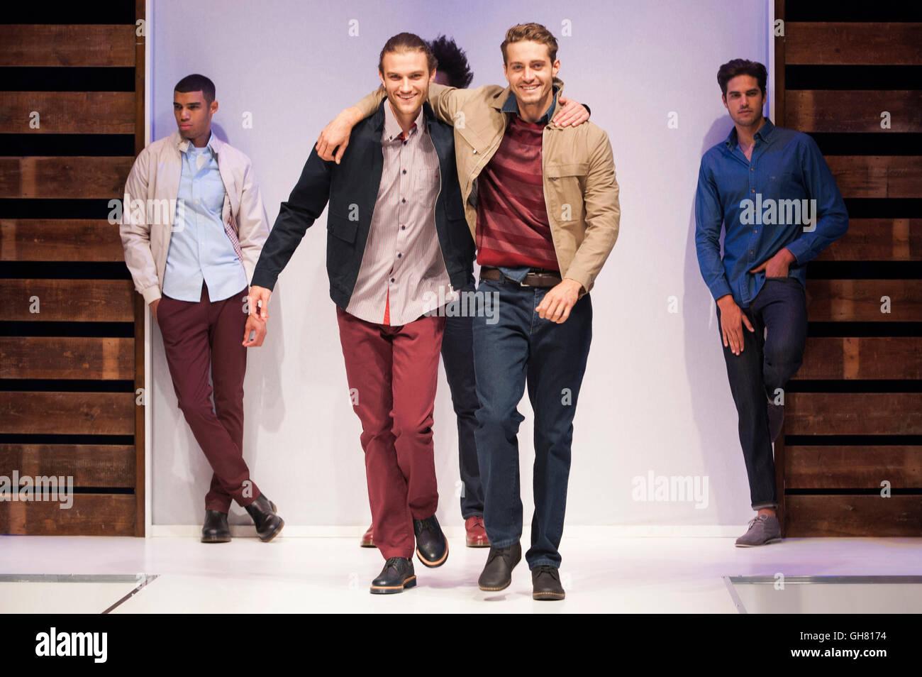 Modelli sul menswear passerella per sfilate di moda primavera estate 2017, NEC di Birmingham, UK. Credito: Antony Immagini Stock