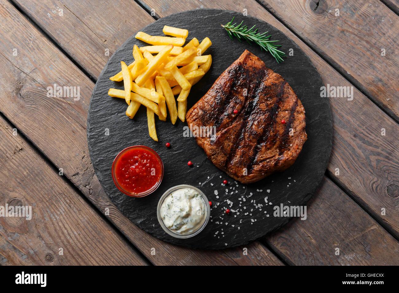 Bistecca di manzo con patatine e salsa Immagini Stock