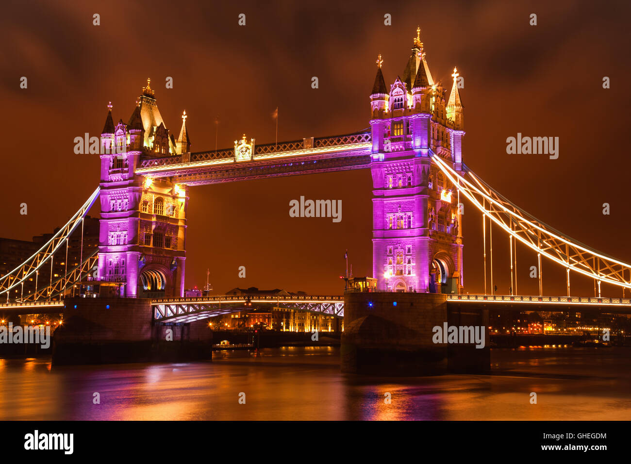 Vista del Tower Bridge festively illuminato. Immagini Stock