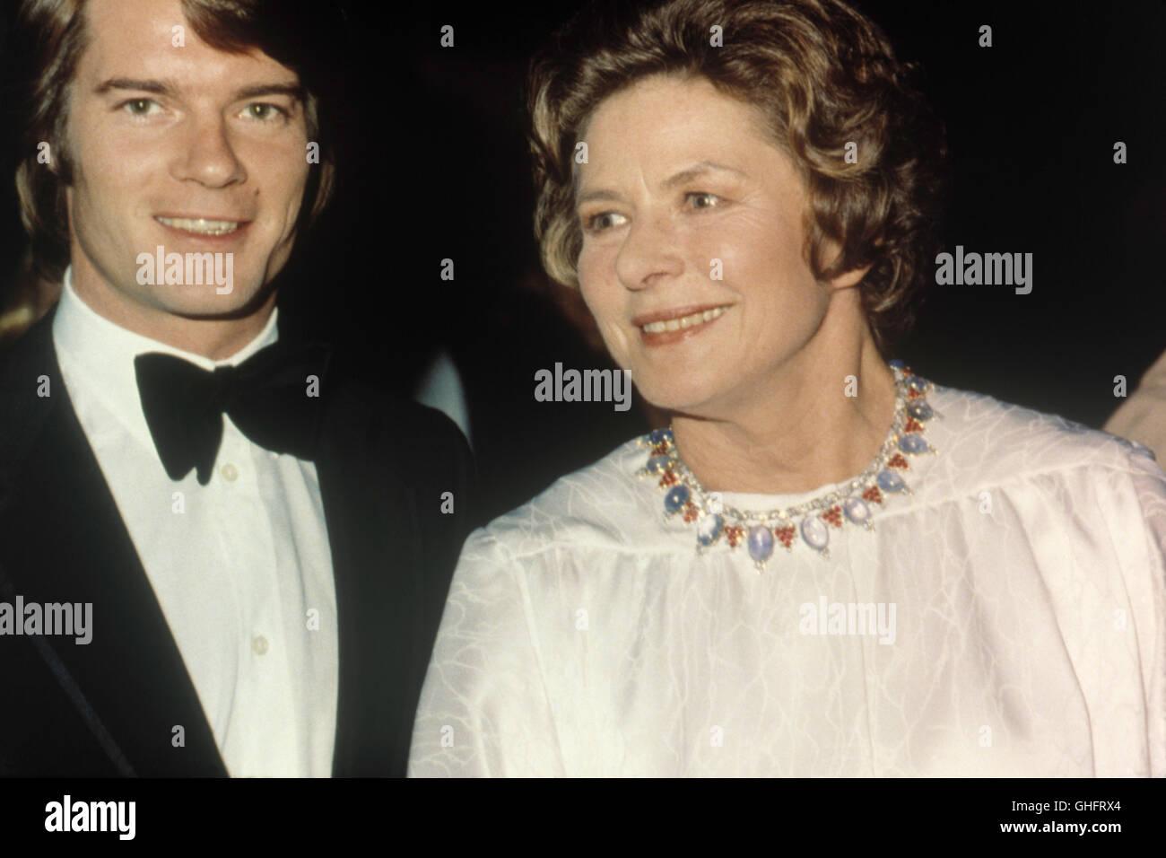 Ingrid Bergman Con Roberto Figlio Di Ingrid Bergman E Direttore Roberto Rossellini 1981 Foto Stock Alamy