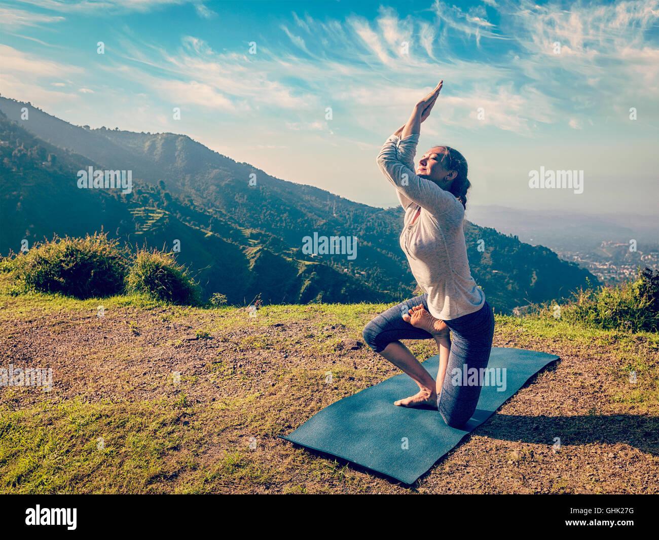 Giovane donna facendo Ashtanga Vinyasa yoga asana avanzate Immagini Stock