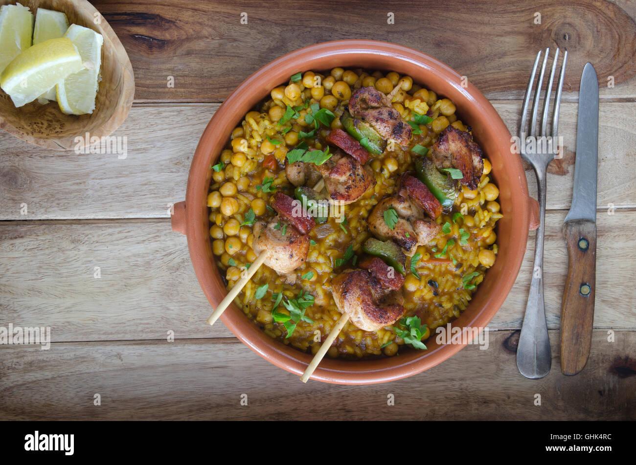 Il pollo e il chorizo spiedini con la paella di riso stile Immagini Stock