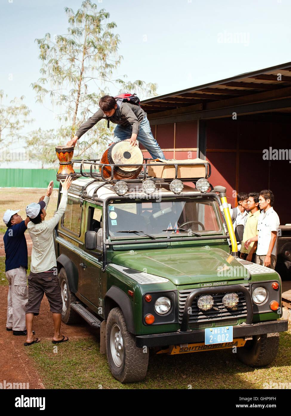 Studenti di Musica scaricare i propri strumenti prima di una performance in Phnom Penh Cambogia. Immagini Stock