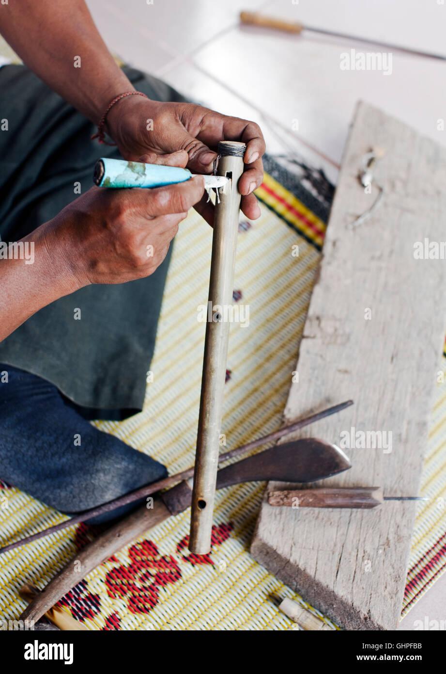 Strumento a fiato maker Yim Seychot svolge un cambogiano di flauto presso il suo domicilio al di fuori di Phnom Immagini Stock