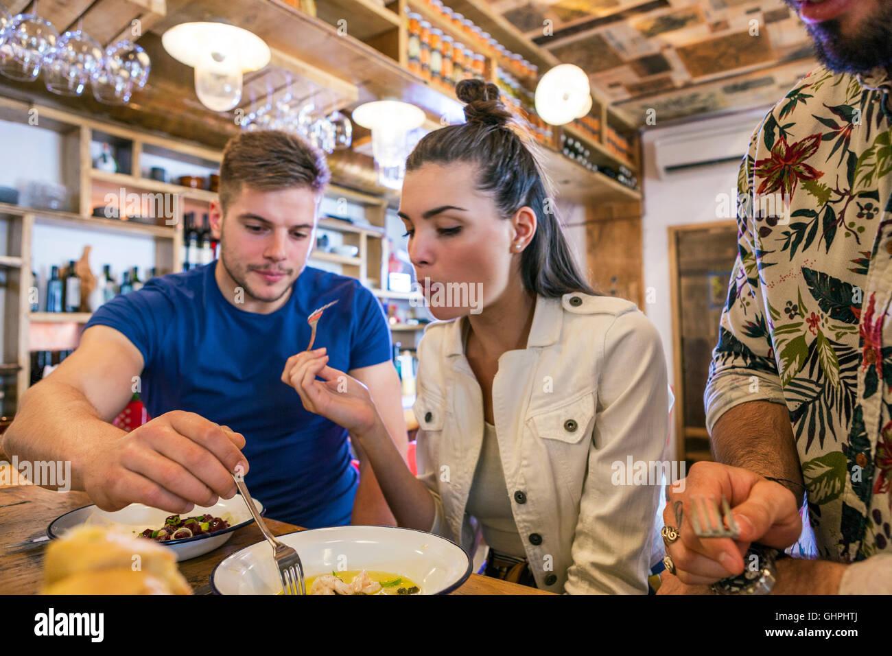 Giovani cenare presso il contatore nel ristorante Immagini Stock