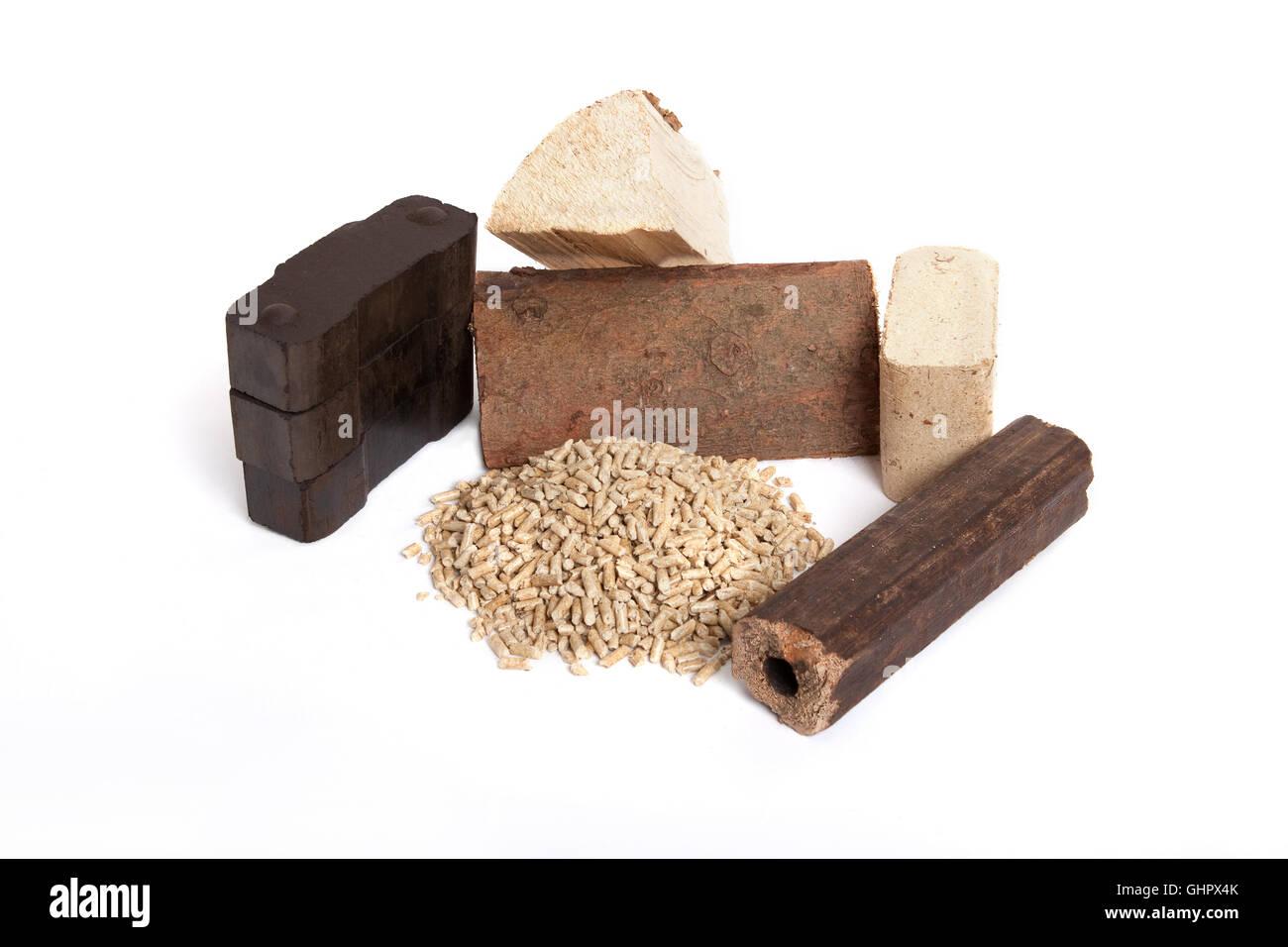 Diversi combustibili fossili su sfondo bianco, carbonio, ovenwood, pellet, bricchette Immagini Stock