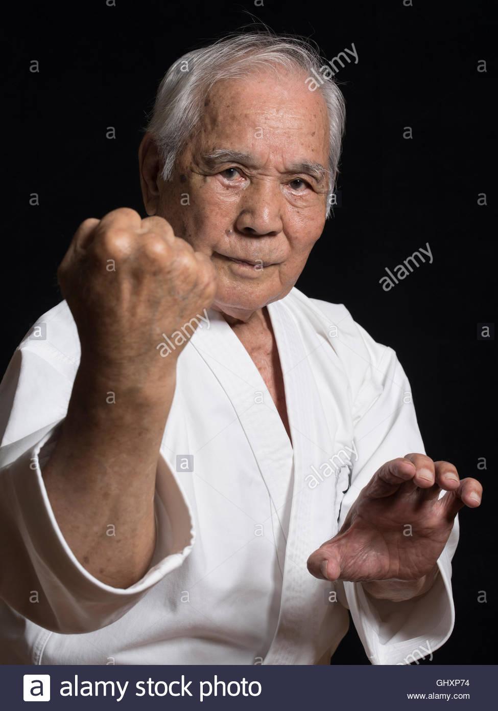 86 anni di Karate Master Shintoku Takara decimo dan Okinawa Uechi-ryu Karatedo Kyokai (D.0.B. 10/05/1930). La longevità Immagini Stock