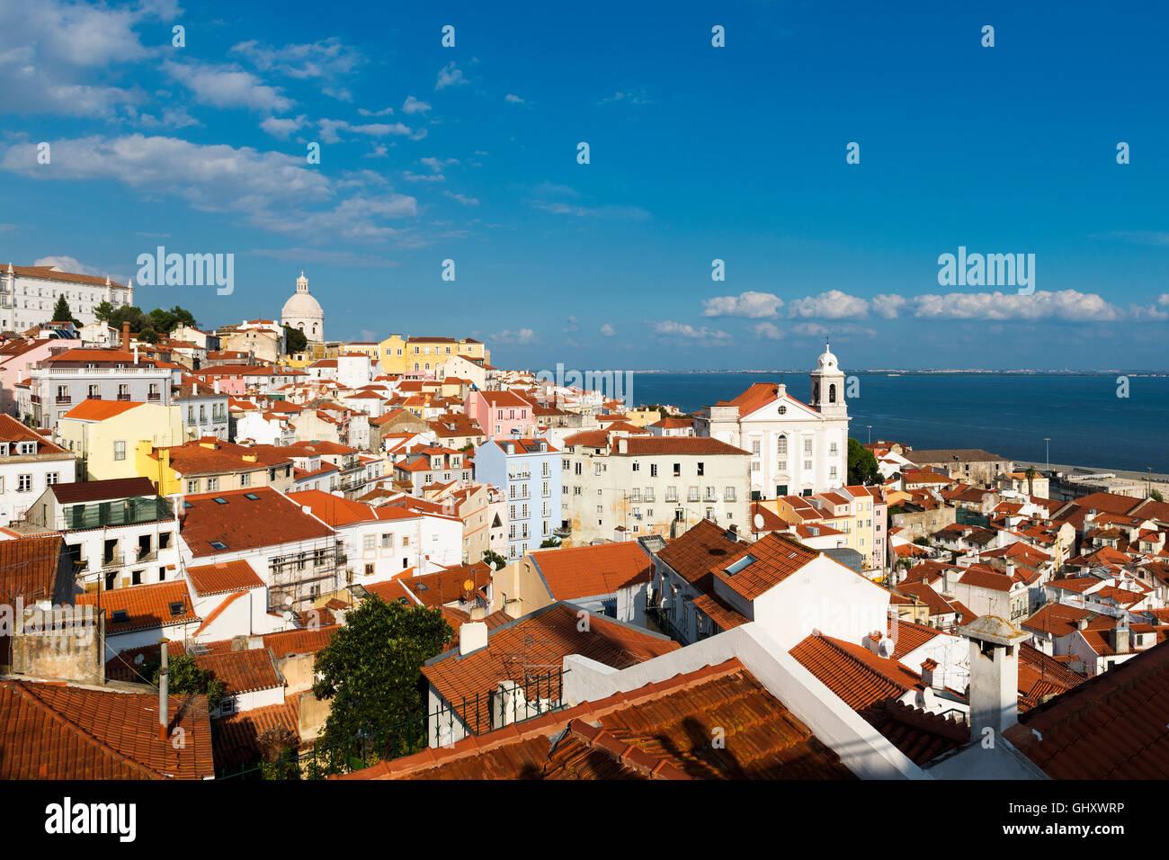 Vista del quartiere di Alfama a Lisbona, Portogallo dal Portas do Sol punto di vista; concetto per un viaggio a Lisbona, Portogallo Foto Stock