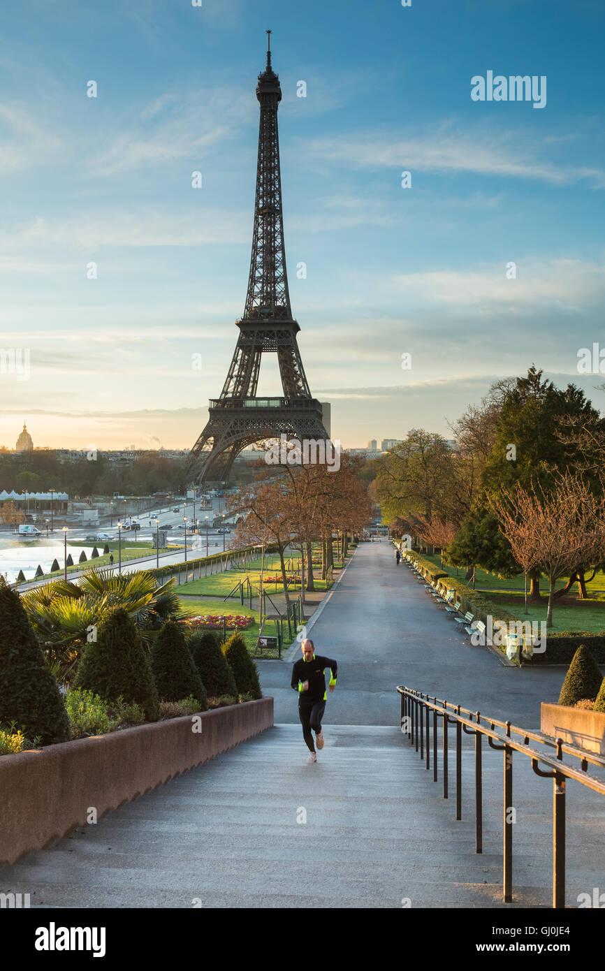 Un pareggiatore nei Jardins du Trocadero con la Torre Eiffel al di là, Parigi, Francia Immagini Stock
