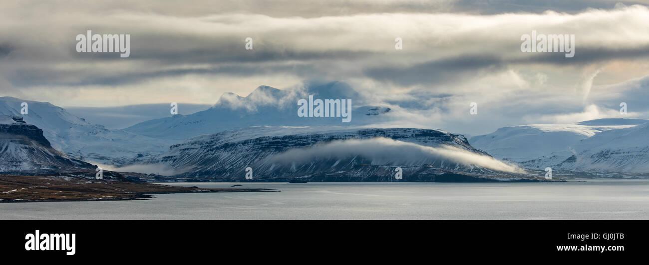 Panoramica di Moody Cloud a Hvalfjörður , western Islanda Immagini Stock