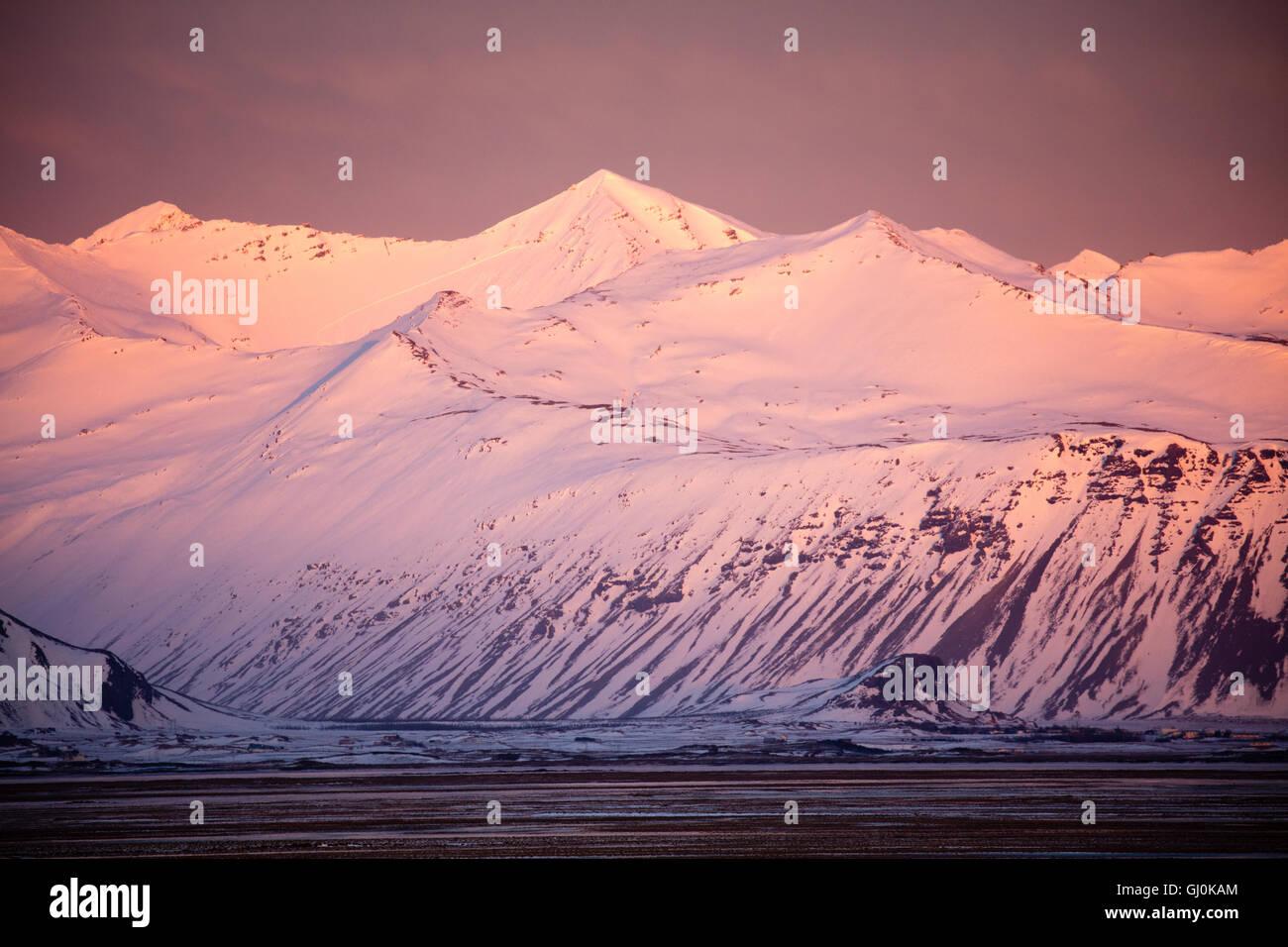 Le montagne dell'Islanda Orientale intorno Hoffn Immagini Stock