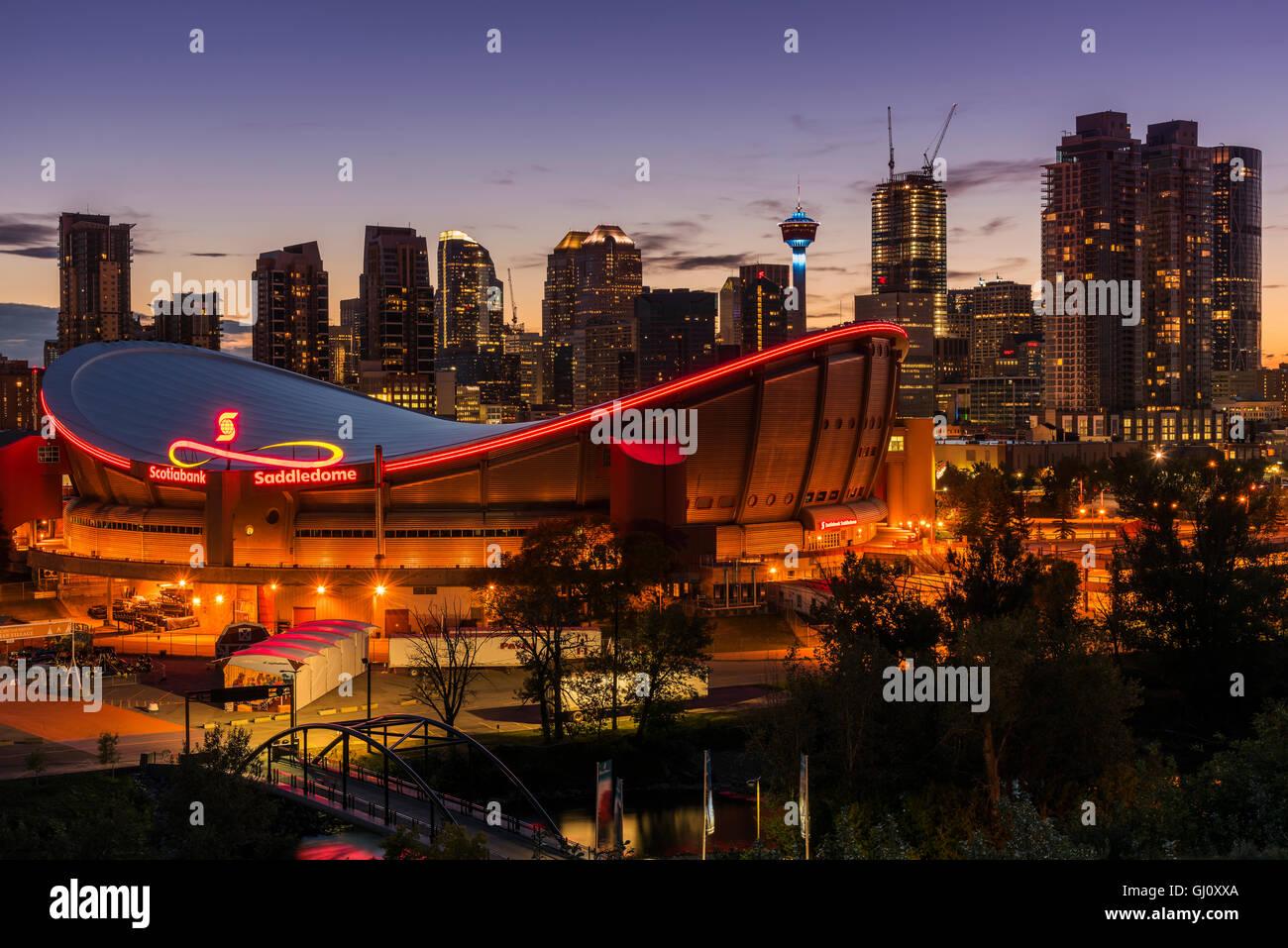 Vista notturna di Saddledome Stadium e dello skyline della città di Calgary, Alberta, Canada Immagini Stock