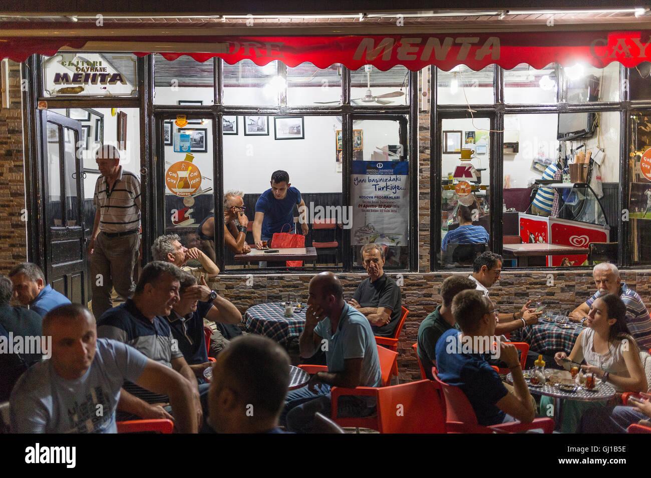 Bar In Prizren durante la notte Immagini Stock