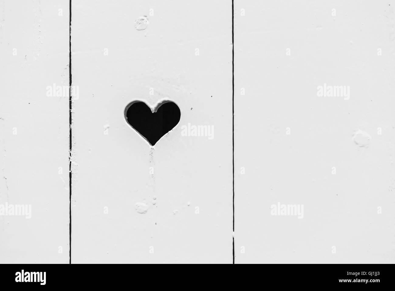 Cuore Nero Foro Sagomato In Bianco Parete In Legno Foto Di Sfondo