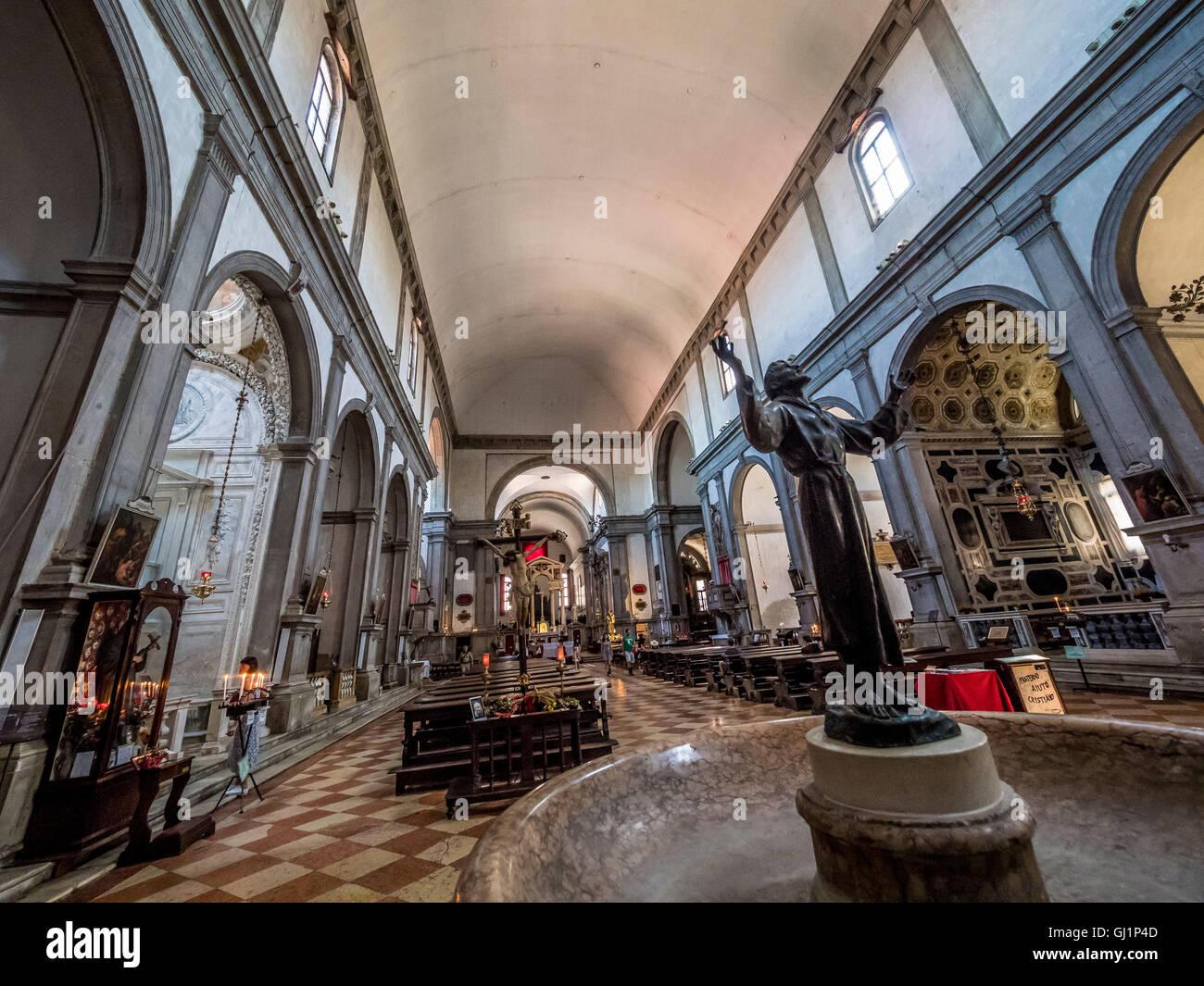 Corridoio interno, altare, font e banchi in legno di San Francesco della Vigna,Venezia, Italia. Immagini Stock