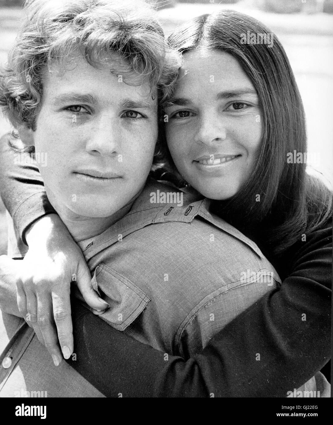 1ef9433bd4 Una storia di amore- Die Love Story zwischen Oliver (RYAN O'Neal) und Jenny  (ALI MACGRAW) wird durch einen harten Schicksalsschlag getrübt.