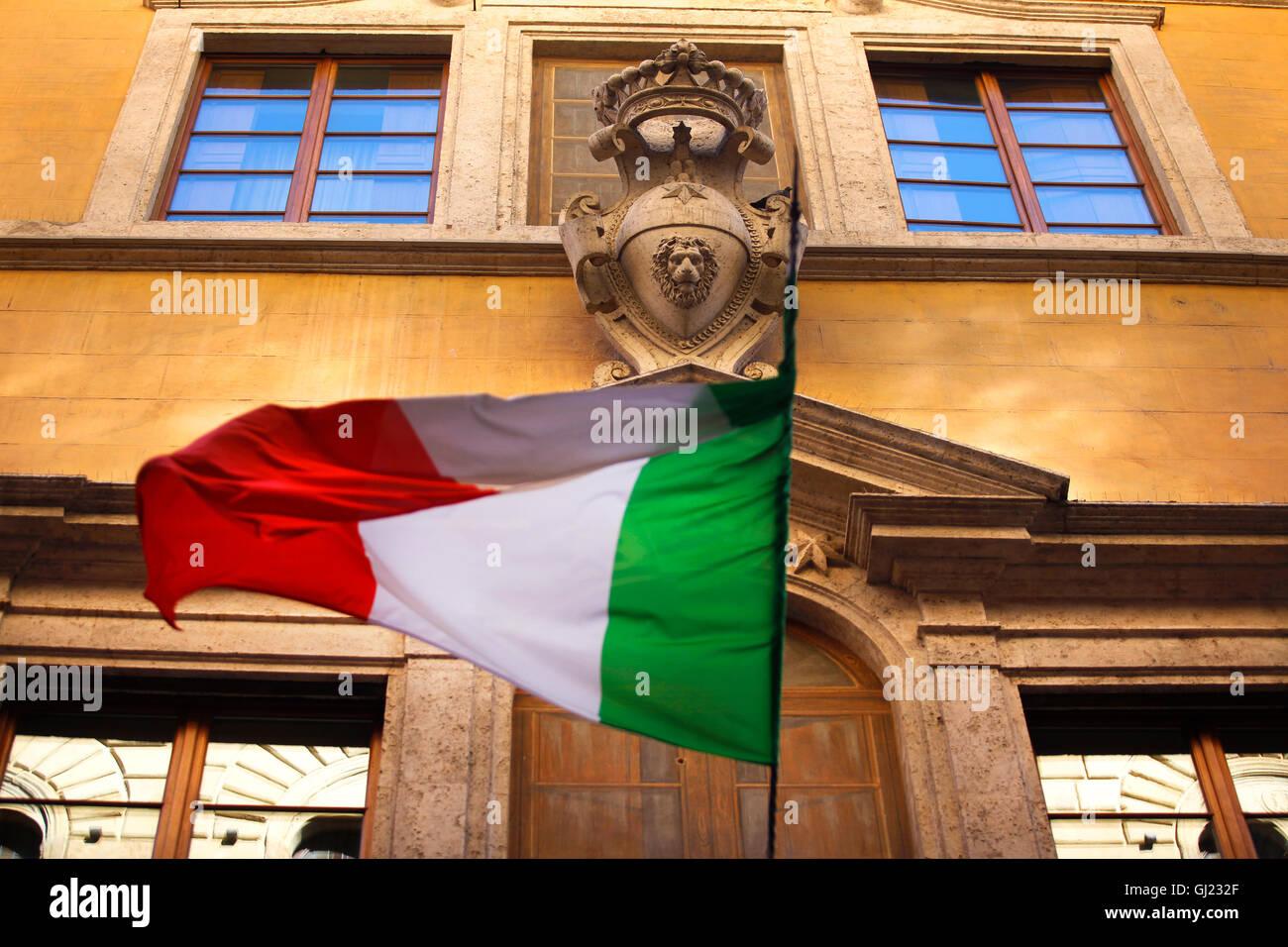 Bandiera Italiana volare sulla Via Banchi di Sopra a Siena, Italia. Immagini Stock