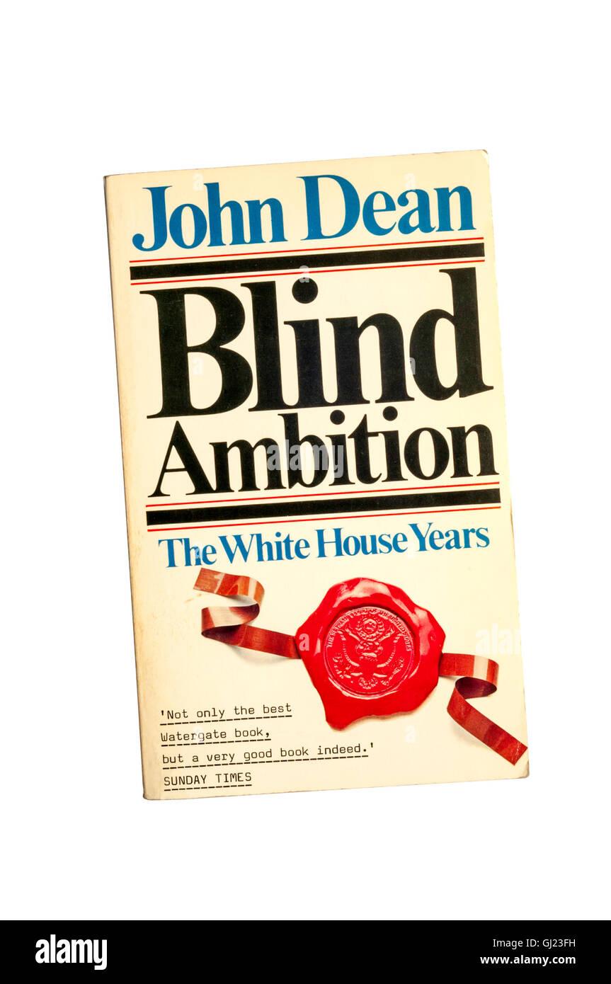 Una copia in brossura di cieca ambizione da John Dean. Immagini Stock