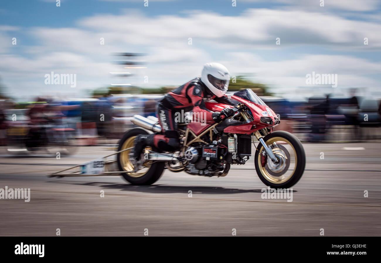 Uno scopo costruito trascinare bike, dimostra la sua estrema accelerazione, come è lanciato fuori linea. Immagini Stock