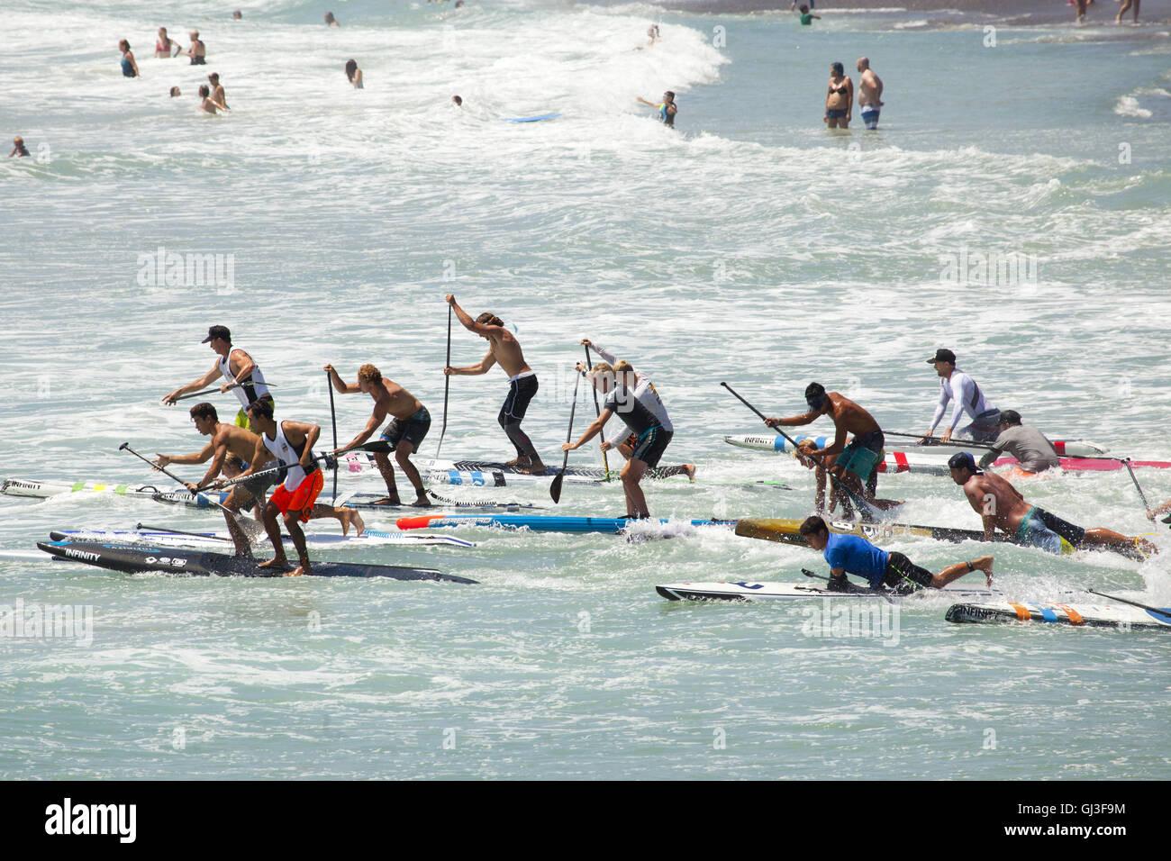 Scheda Paddle race, 2016 San Clemente Ocean Festival, San Clemente, CALIFORNIA, STATI UNITI D'AMERICA Immagini Stock
