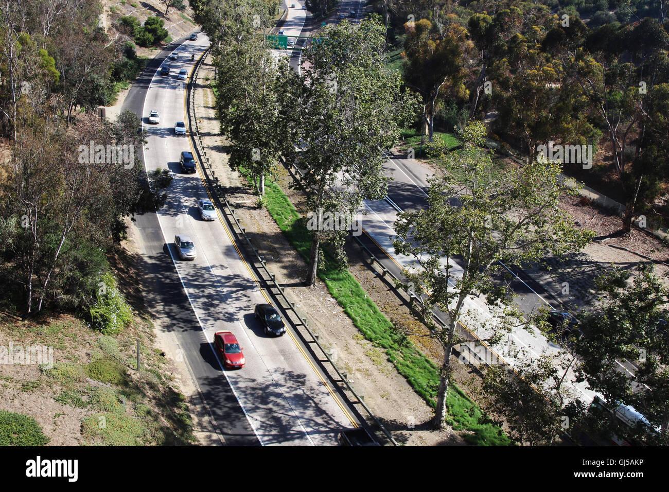 Una autostrada tra alberi Immagini Stock