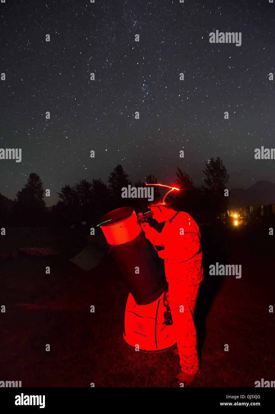 Un astronomo imposta il suo telescopio per visualizzare l'Perseid Meteor doccia, secondo come riferito la più Immagini Stock