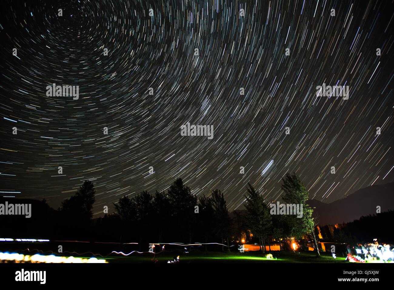 La Folla di raccogliere al Rainbow Park per visualizzare l'Perceid Meteor doccia, secondo come riferito la più Immagini Stock
