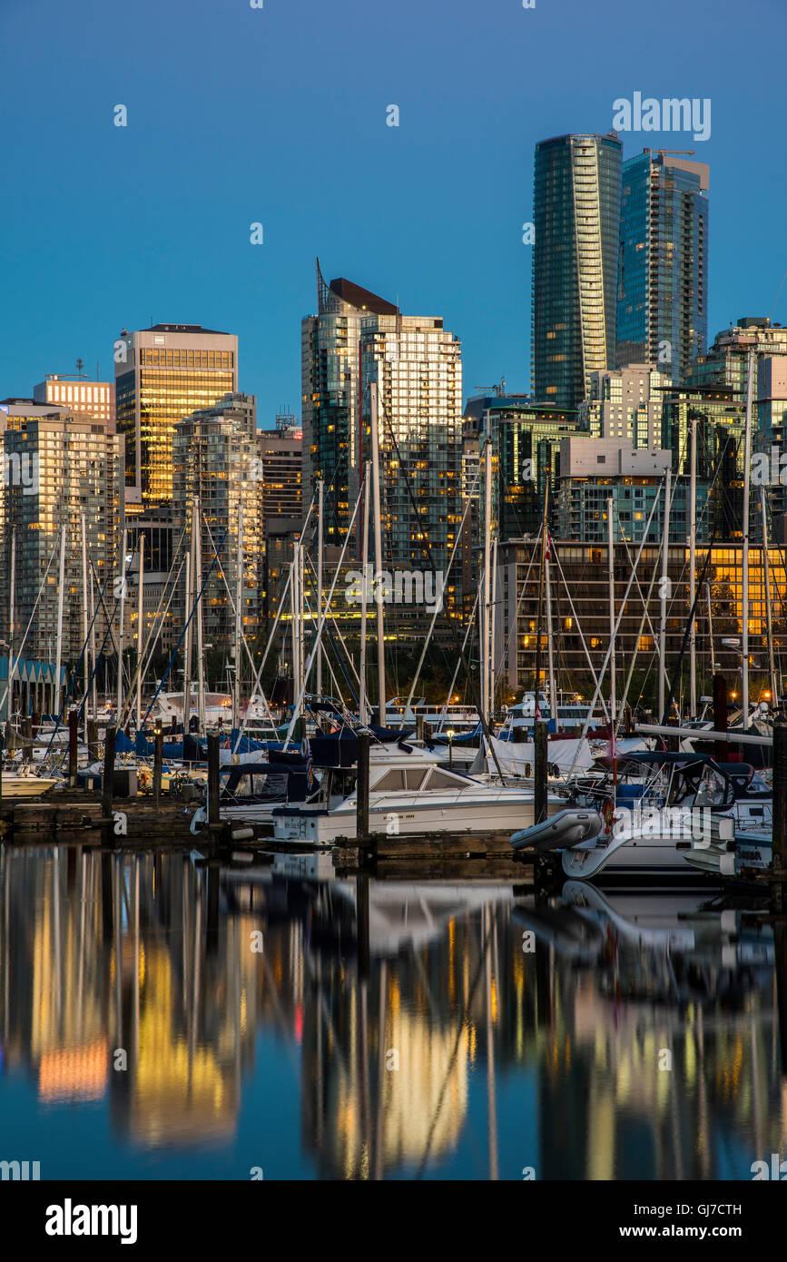 Skyline della città al crepuscolo, Vancouver, British Columbia, Canada Immagini Stock