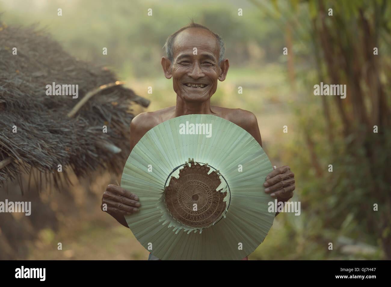 Asian,vecchio contadino con sorriso di felicità. Immagini Stock