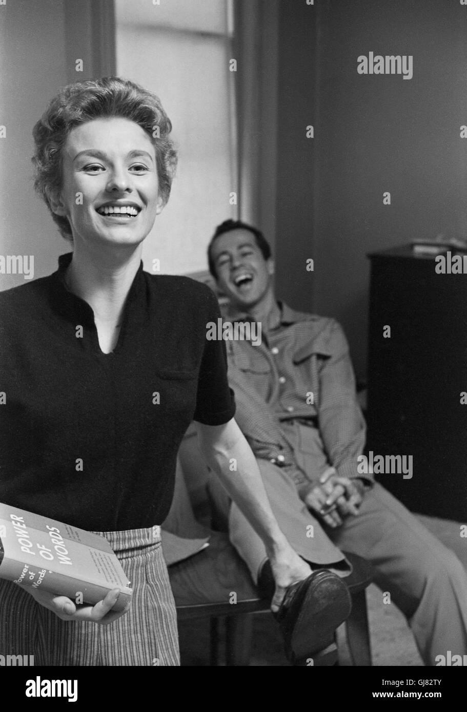 Leachman clori e George Englund fotografati nella loro New York City apartment, 1954 Immagini Stock