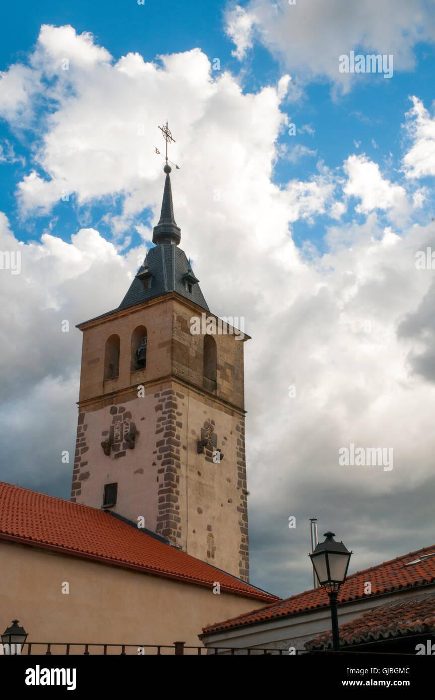 Campanile di San Andres Apostol chiesa contro il cielo in tempesta. Rascafria, provincia di Madrid, Spagna. Immagini Stock