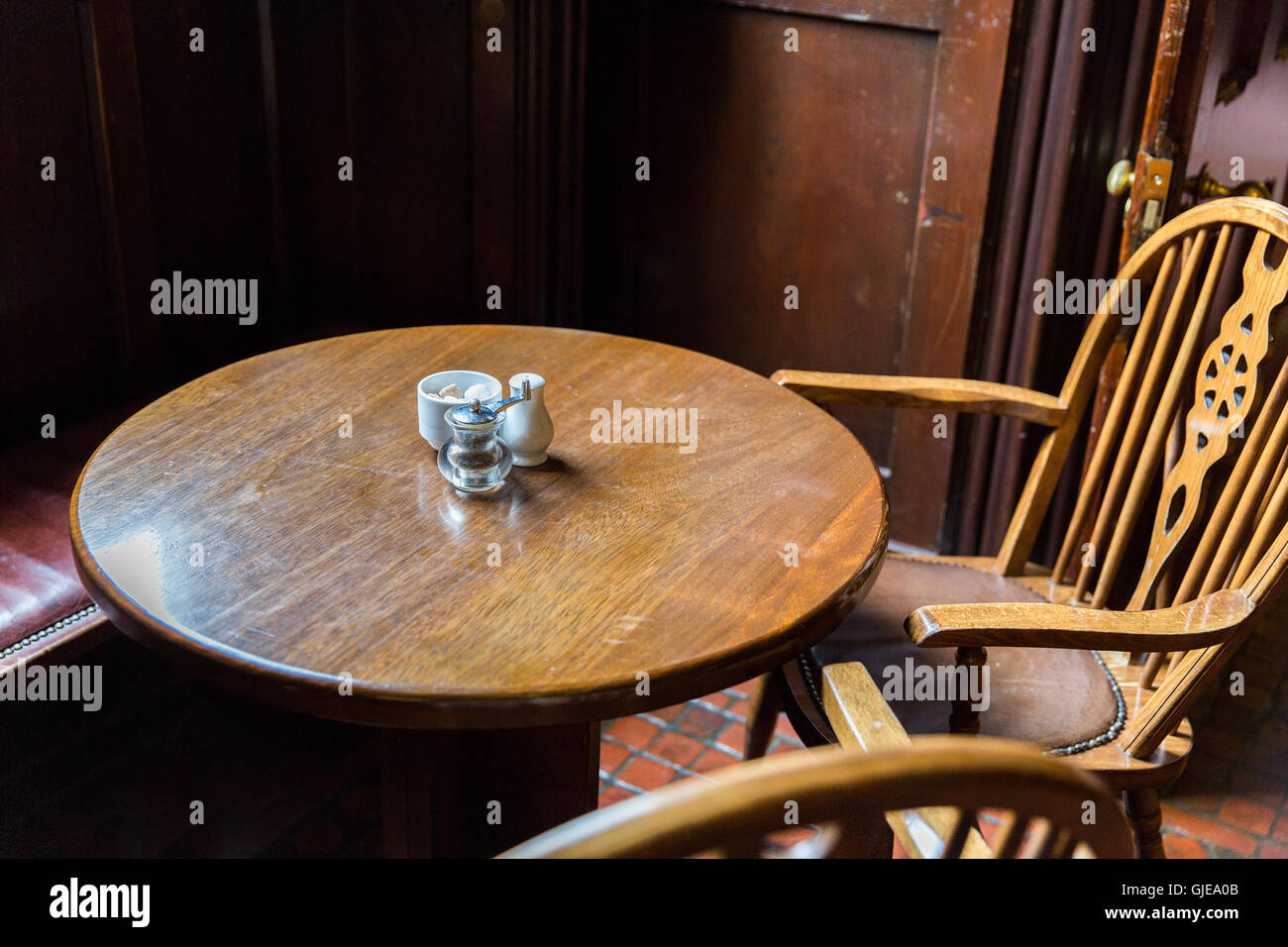 Tavoli E Sedie Da Pub : Close up vintage di tavolo e sedie in un pub irlandese foto