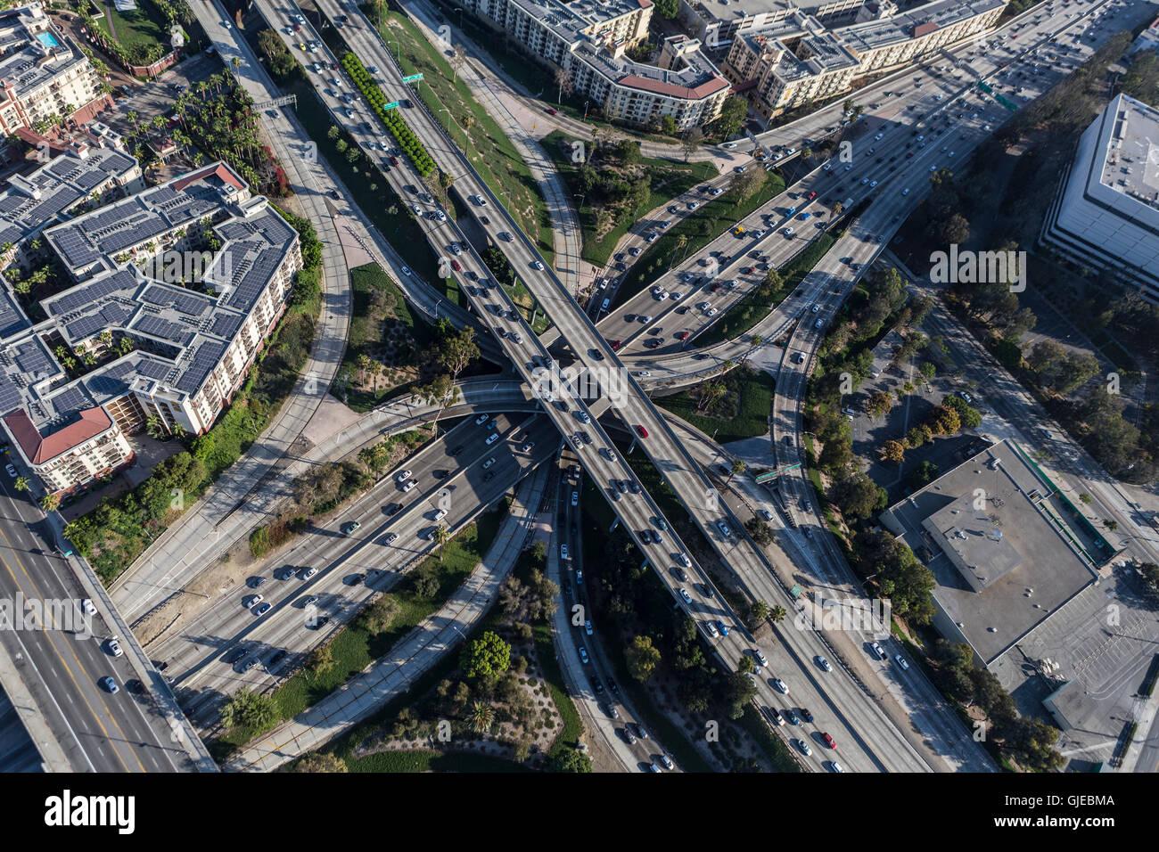 Vista aerea del centro cittadino di Los Angeles Harobr 110 e Hollywood 101 superstrade a quattro livelli di interscambio. Foto Stock