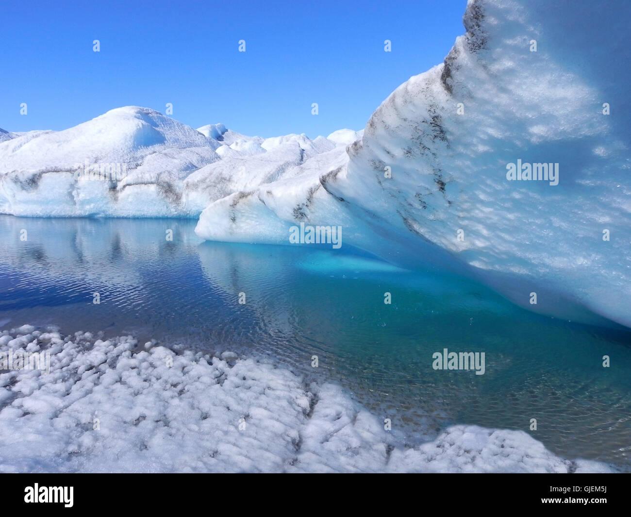 Scioglimento dei ghiacci in Groenlandia - Grotta di ghiaccio con acqua blu Immagini Stock
