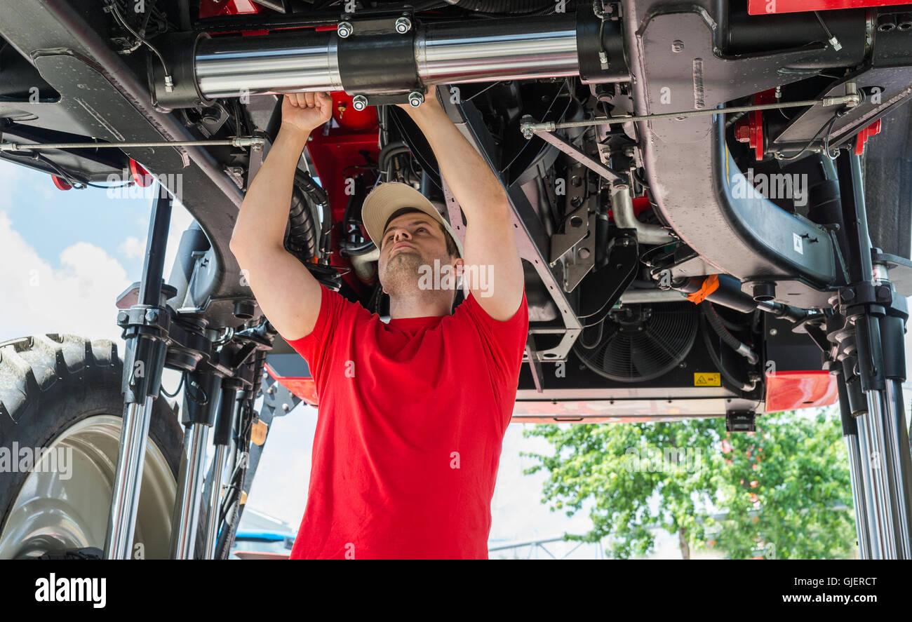 Auto meccanico che lavora al di sotto di un sollevato Immagini Stock