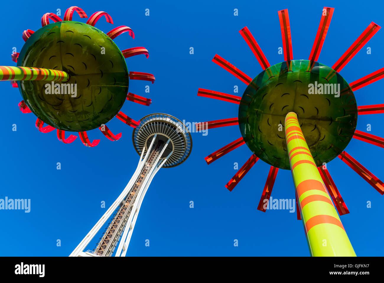 Il Sonic Bloom energia solare di arte di installazione con lo Space Needle dietro, Centro della Scienza del Pacifico, Immagini Stock