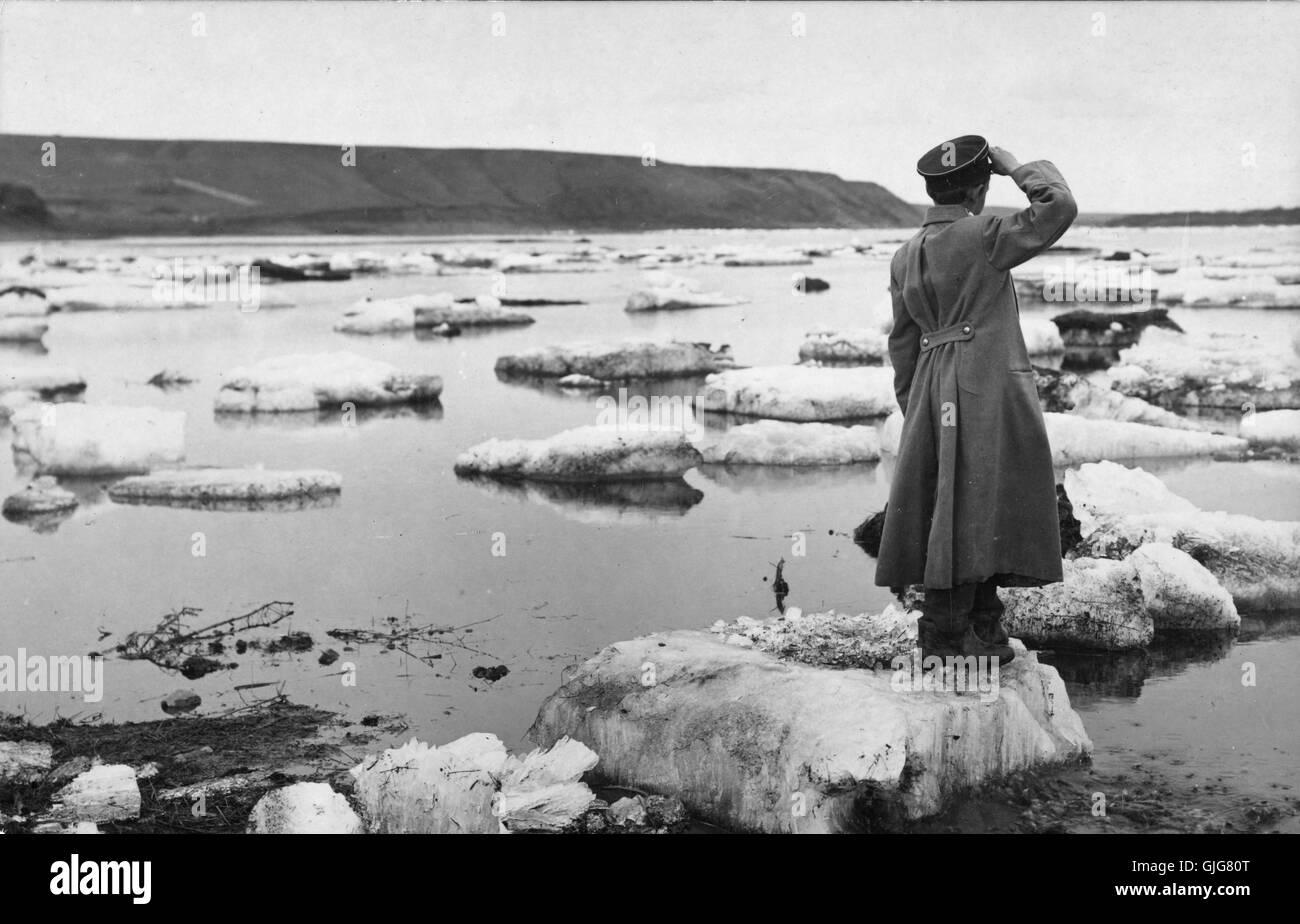 Soldato salutando su iceberg, Enisei River, Siberia Immagini Stock