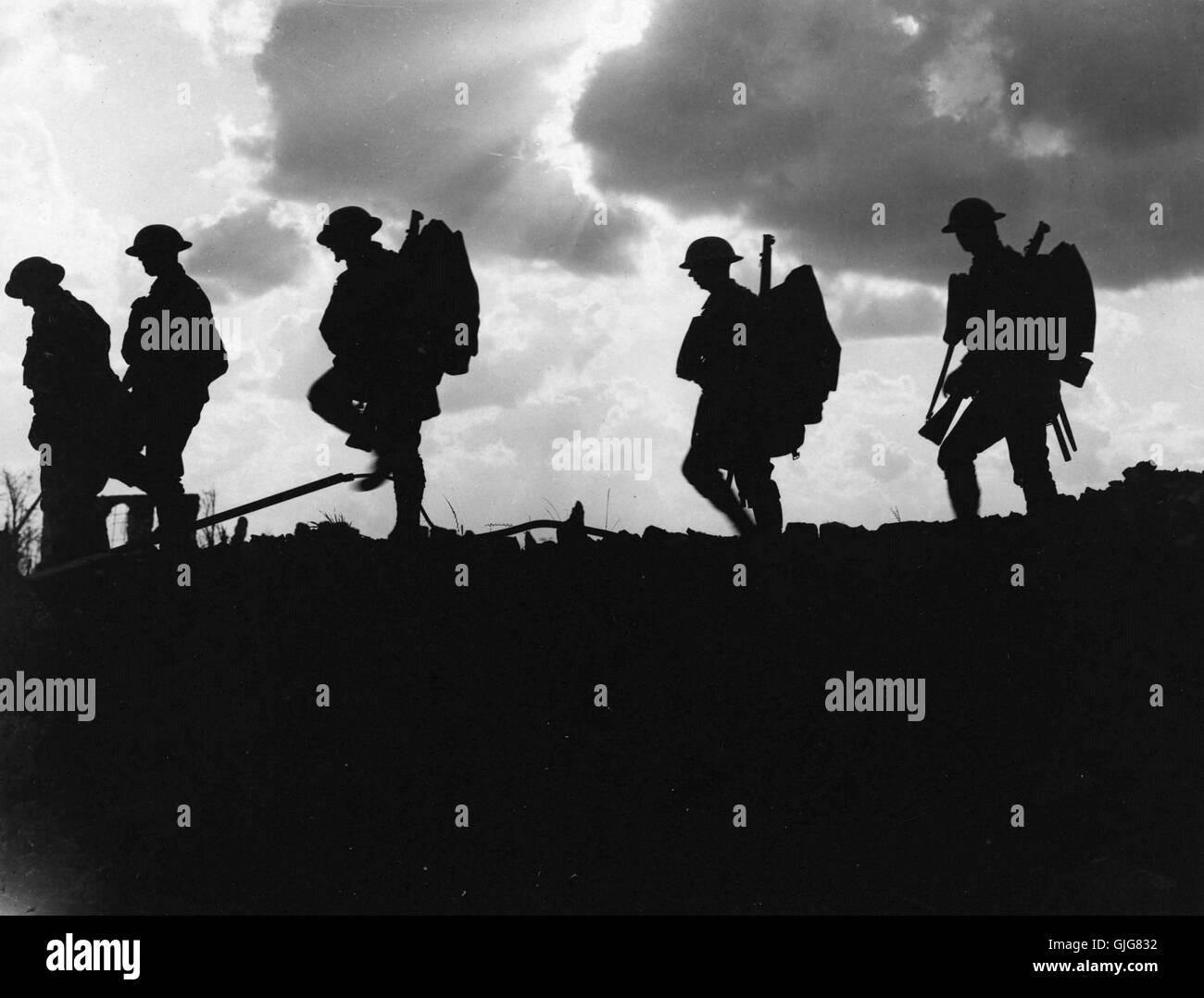 Soldati del 8° Battaglione, East Yorkshire reggimento andando fino alla linea vicino Frezenberg, Fiandre, in Immagini Stock