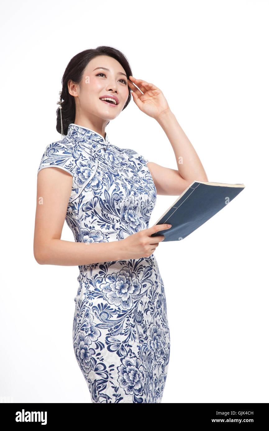253d74385c63 Vestito in cinese tradizionale costumi studio shot giovane donna la lettura  di un libro