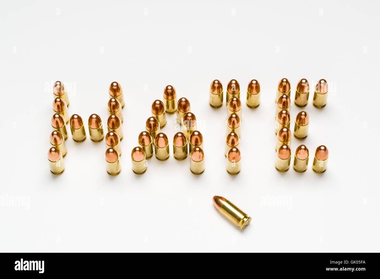 Munizioni, 9mm, millimetro, disporre in un pattern per scrivere la parola odio sulla superficie bianca. Immagini Stock
