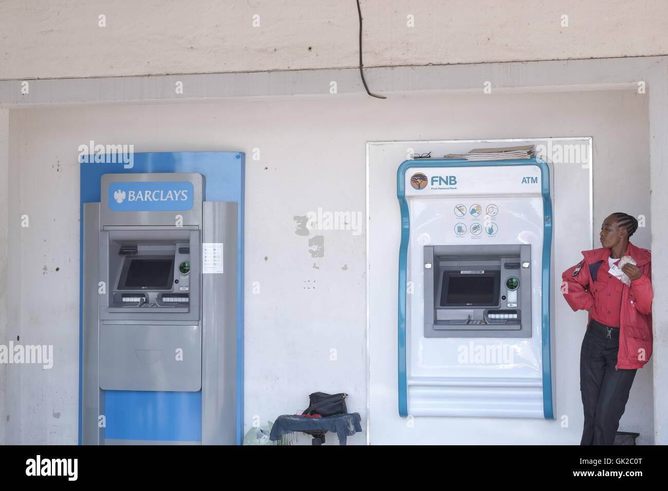 Punto di contanti Auto scrutatori di Barclays e FNB in Kasane Botswana portare bancari per il terzo mondo economie. Immagini Stock