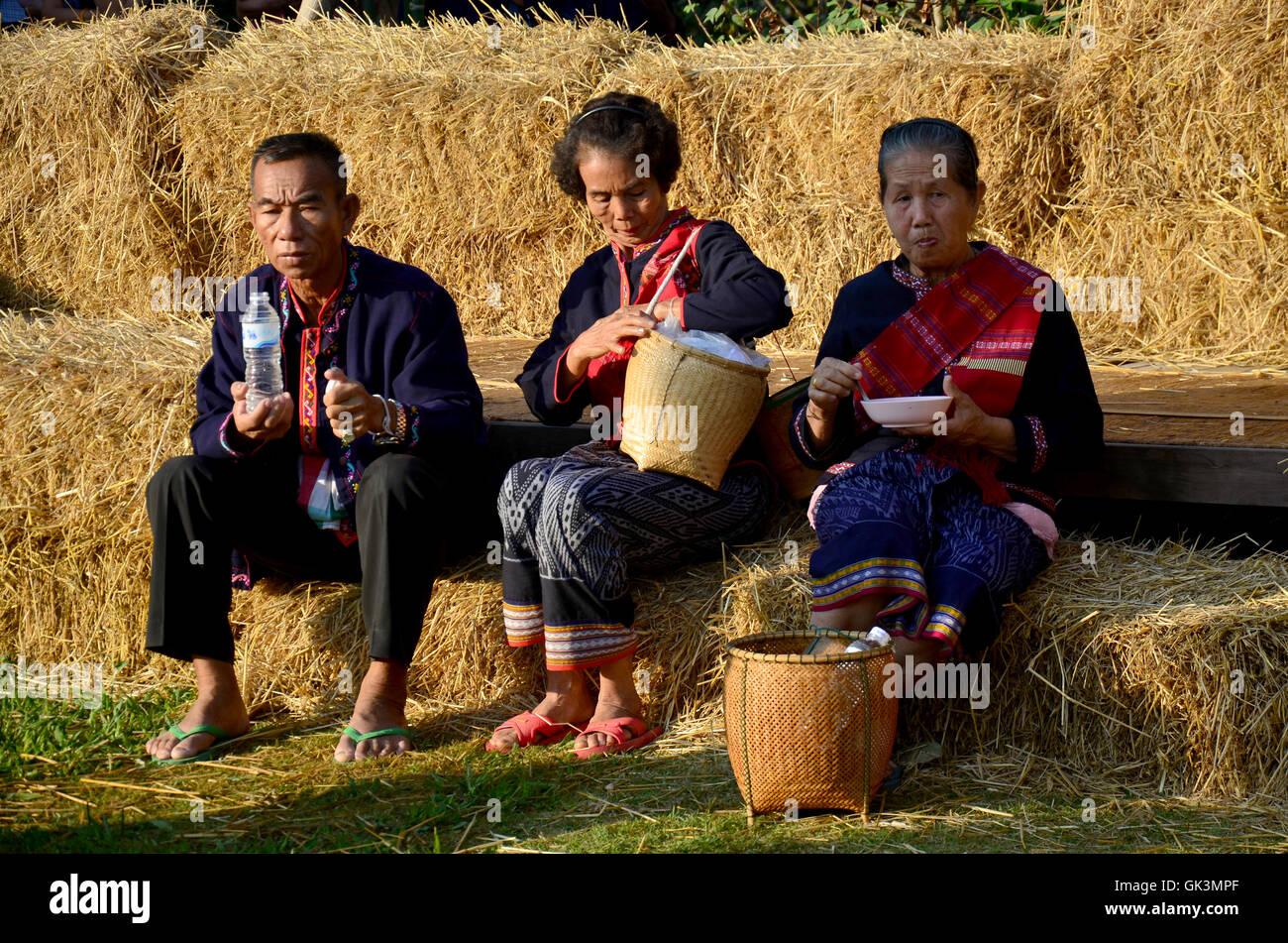 I vecchi Phu Tai persone sedersi e mangiare la prima colazione alla pila paglia di riso in mattina tempo al divieto Foto Stock