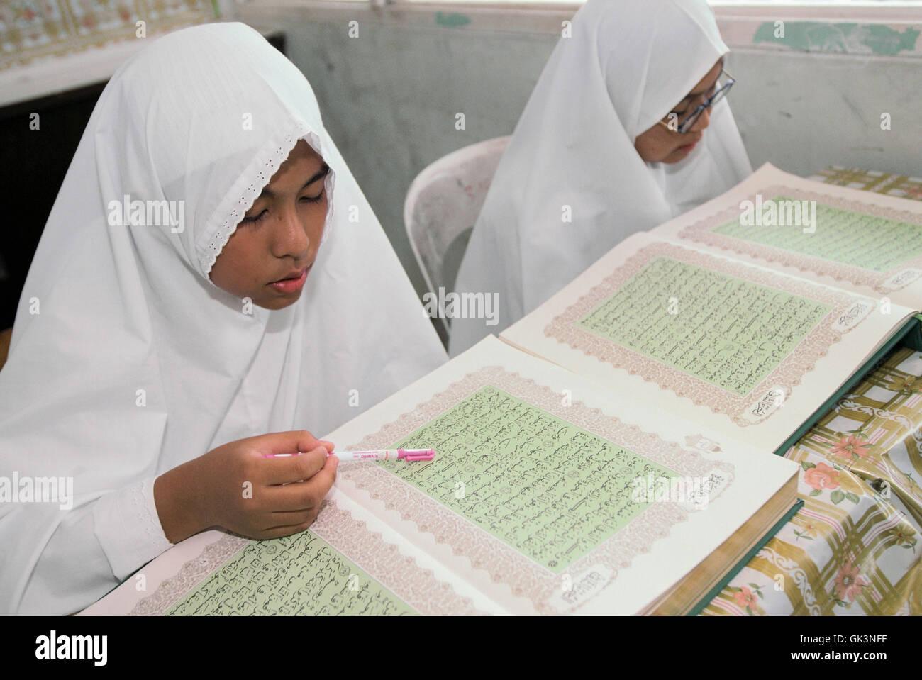 Ca. 1990 - 2000 --- RAGAZZA imparare il Corano --- Image by © Jeremy Horner Immagini Stock
