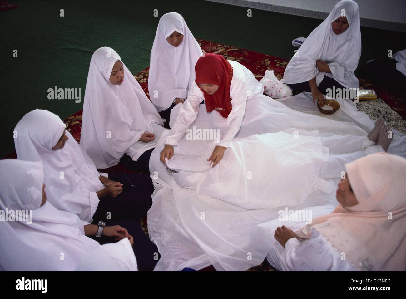 Ca. 1990 - 2000 --- ragazze ad apprendere come eseguire un musulmano sepoltura --- Image by © Jeremy Horner Immagini Stock