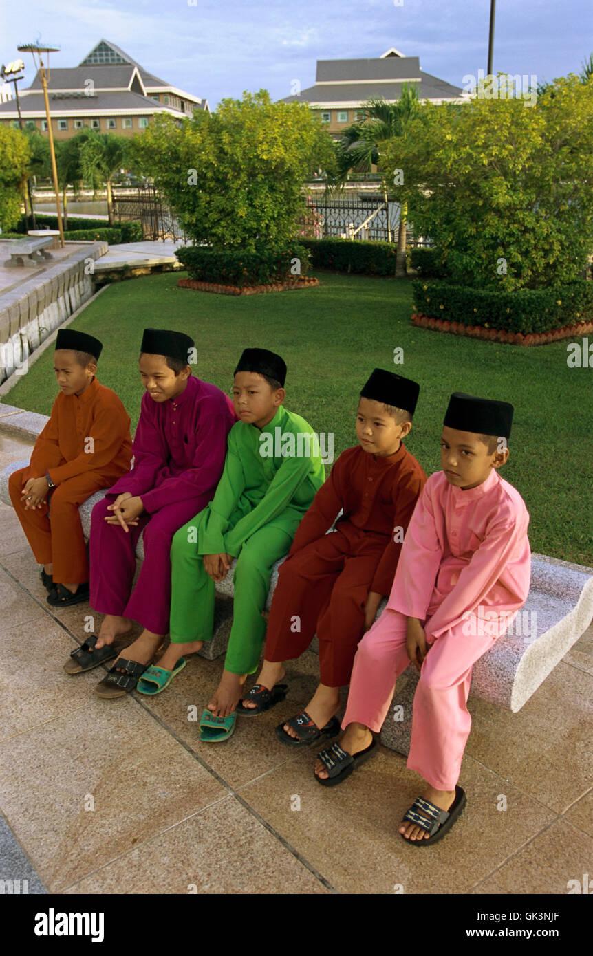 Ca. 2003, Bandar Seri Begawan, Brunei --- ragazzi musulmani in Brunei in attesa per le preghiere del venerdì Immagini Stock