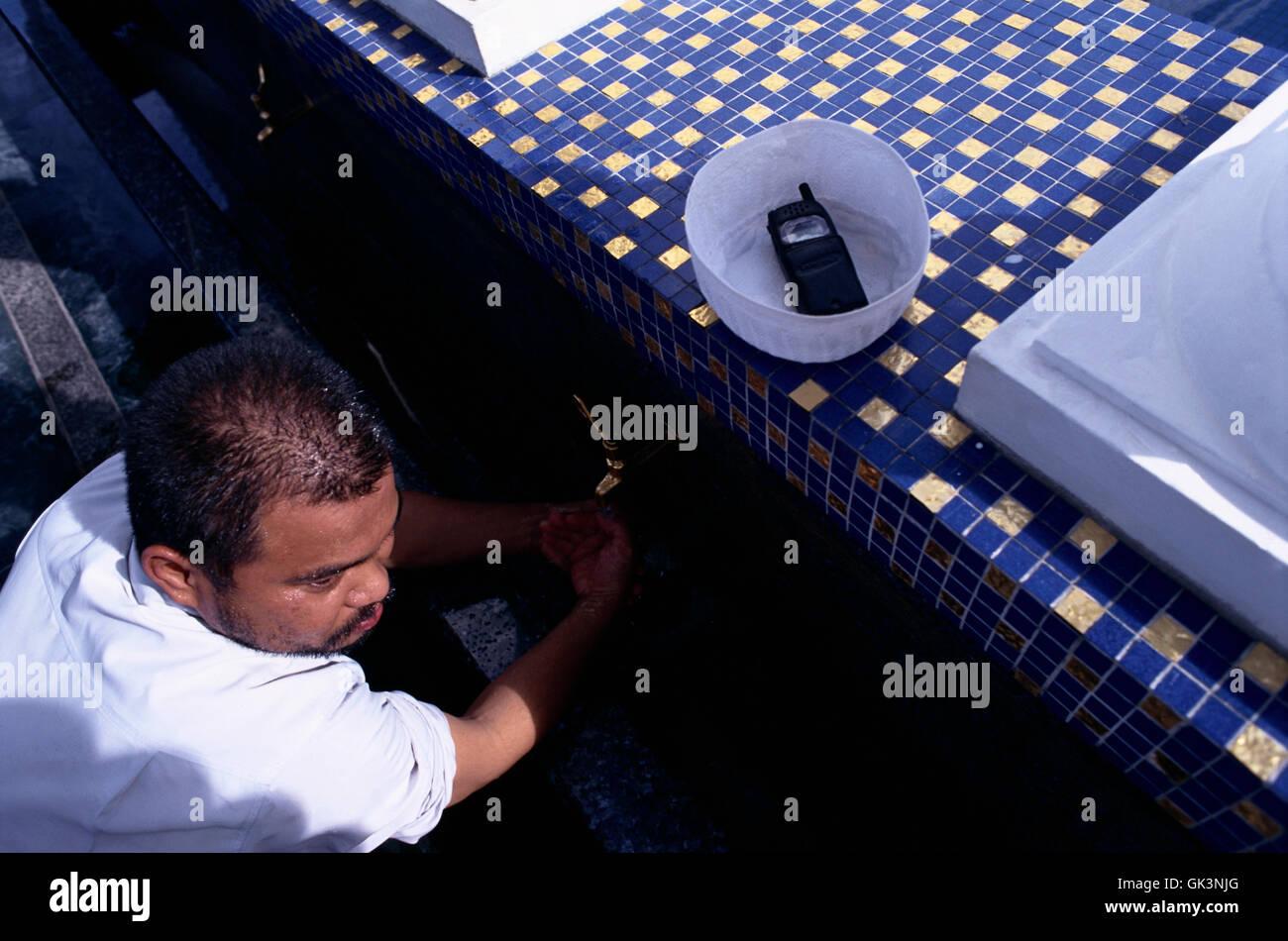 Ca. 2003, Bandar Seri Begawan, Brunei --- un uomo musulmano in Brunei si lava le mani e i piedi prima di entrare Immagini Stock